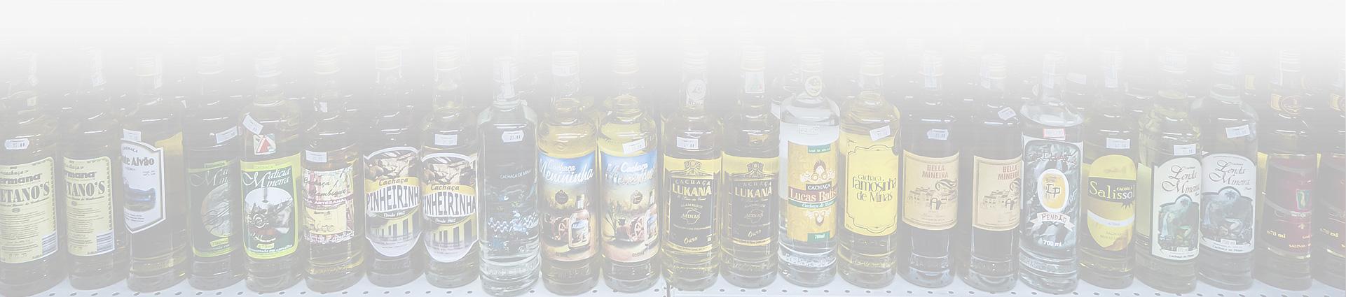 różnego rodzaju alkohole stojące na półce w sklepie