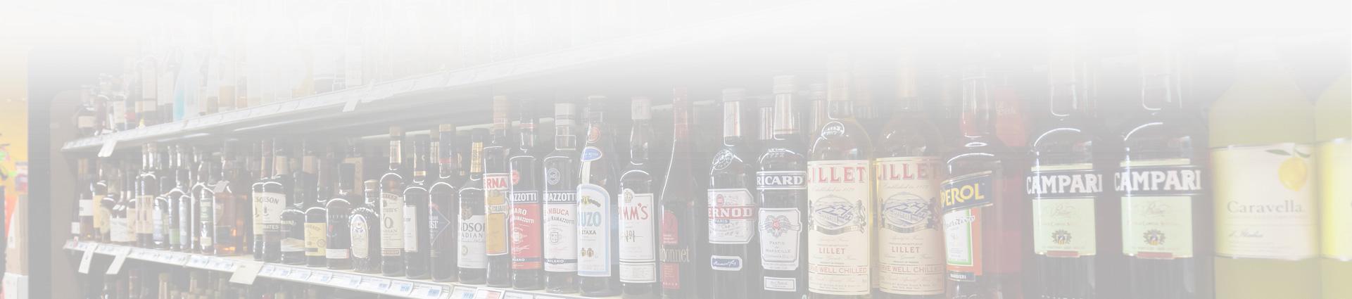 różnego rodzaju alkohole stojące na półce sklepowej