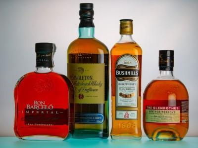 rózne butelki z whiskey i rumami