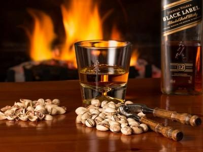 butelka whiskey Johnnie Walker Black Lable szklanka whiskey i pistacje