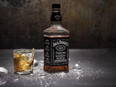 butelka burbonu Jack Daniels i szklanka z burbonem i lodem