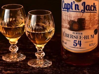 butelka rumu i rum w kieliszkach