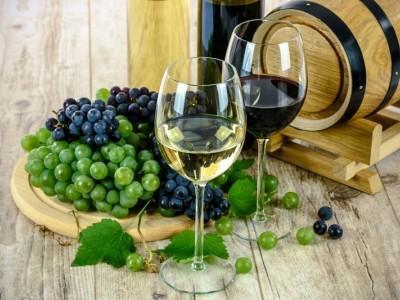 wino białe i czerwone w kieliszkach